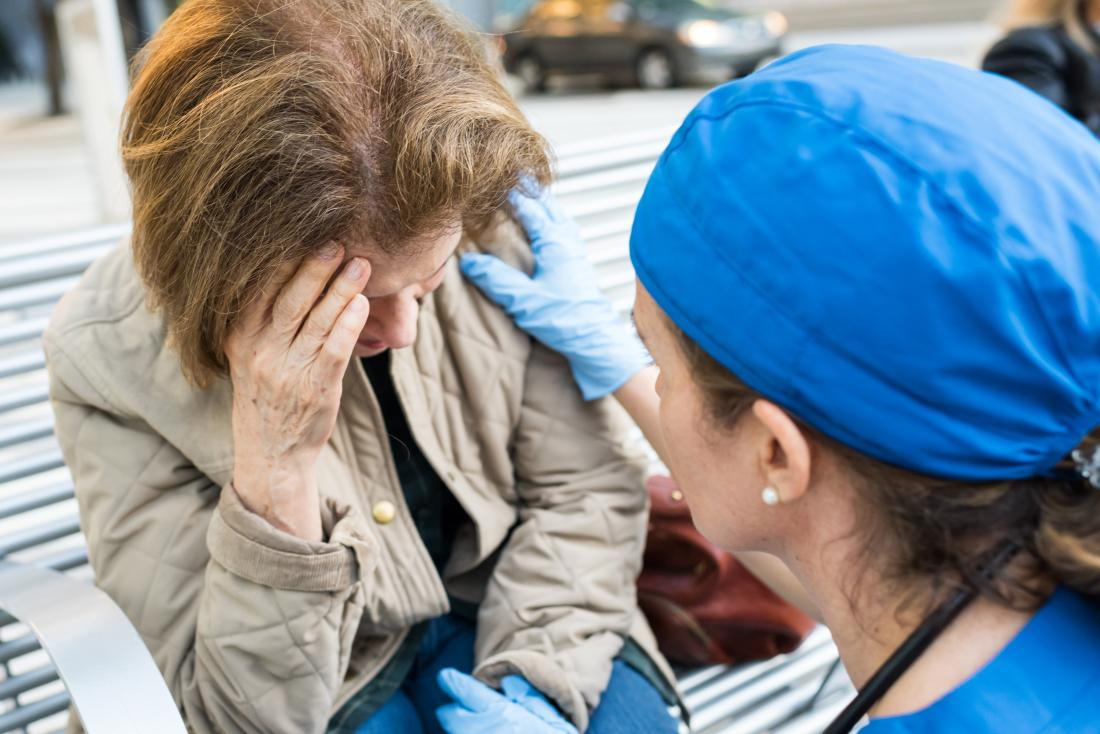 Kobieta czuje się źle z powodu prostego zajęcia z udziałem ratownika medycznego.
