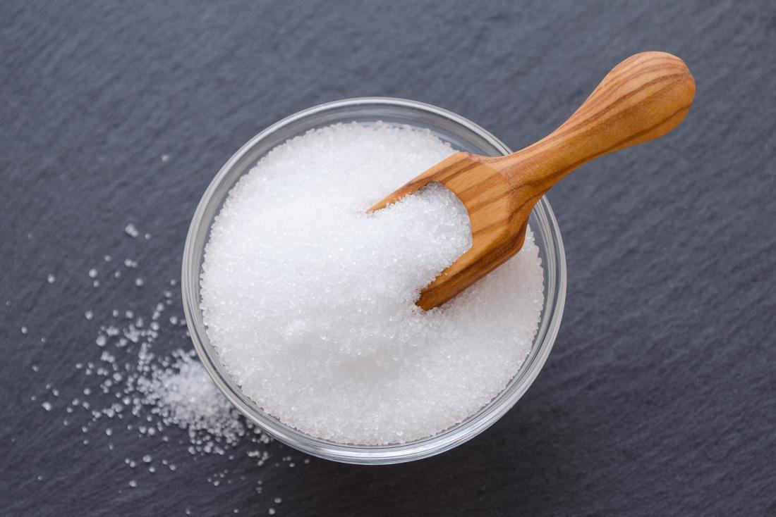 o álcool de açúcar, xilitol, em uma tigela de vidro