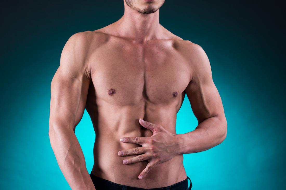 彼の胃を保持している筋肉の男