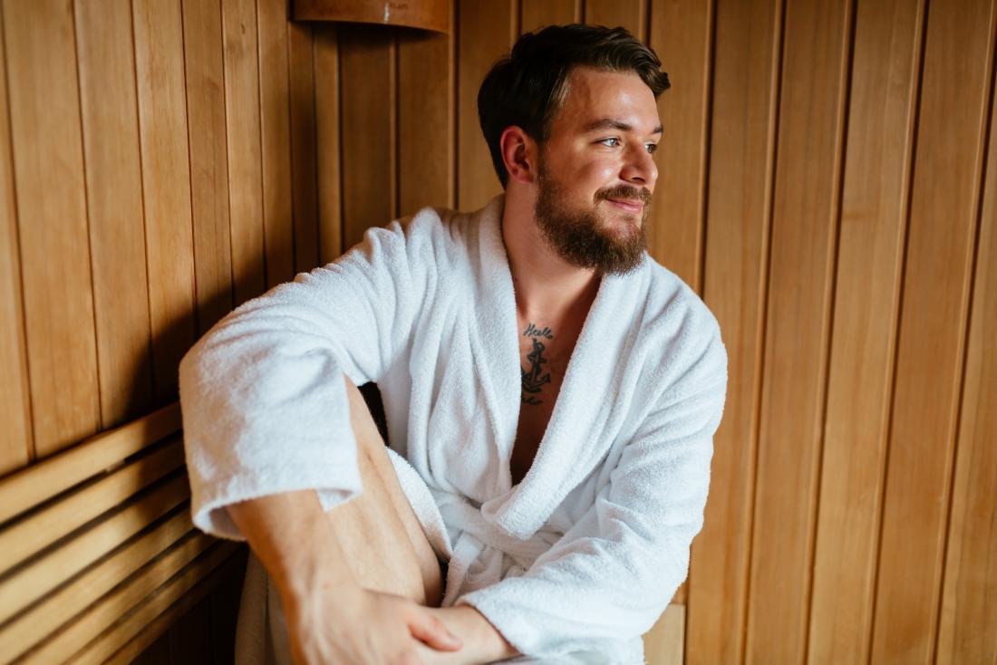 Equipaggi la seduta nella sauna della stazione termale e nella stanza del vapore.