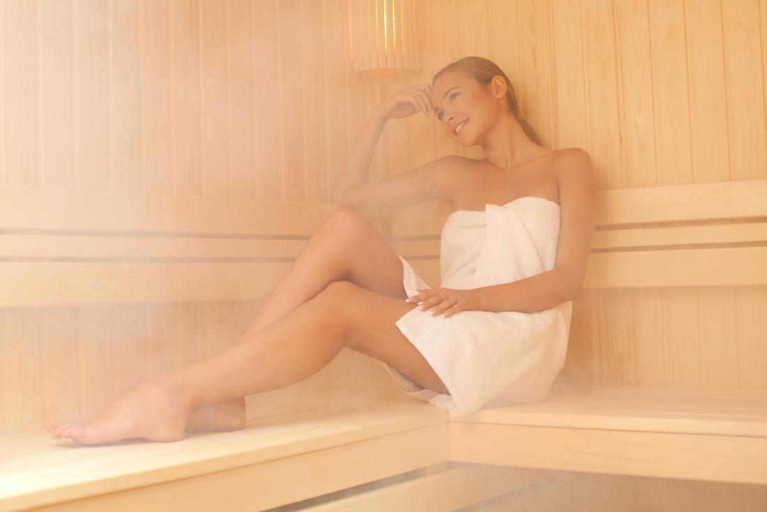 Donna che si siede nel bagno turco.