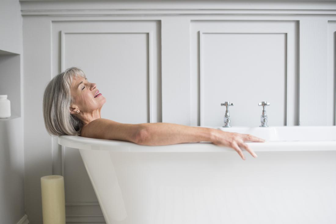ältere Frau, die ein Bittersalz-Detoxbad genießt