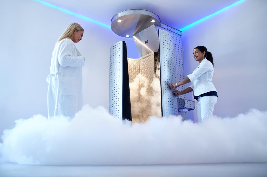 femme qui marche dans la cabine de cryothérapie