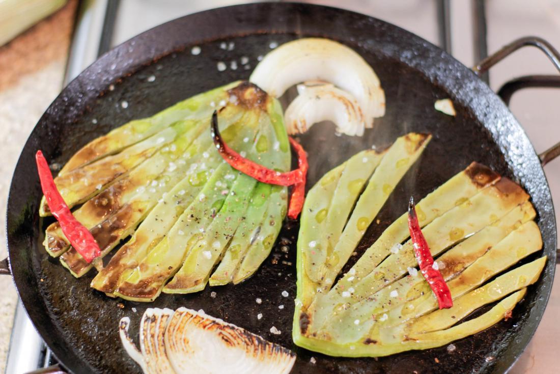 ノパール・サボテンやニワトリ・サボテンからのノパールス。タマネギとチリのパンで揚げる。