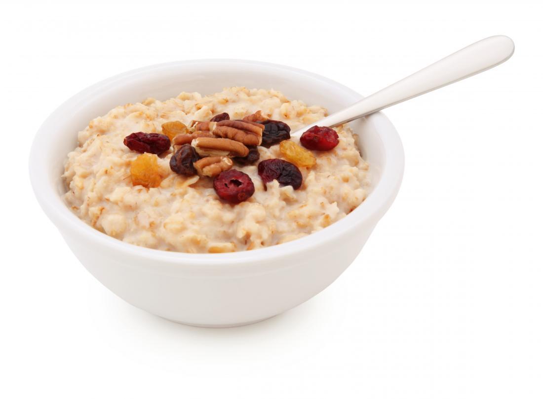 bol de farine d'avoine avec des noix et des fruits