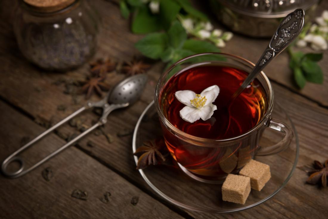 xícara de chá com flor de jasmim