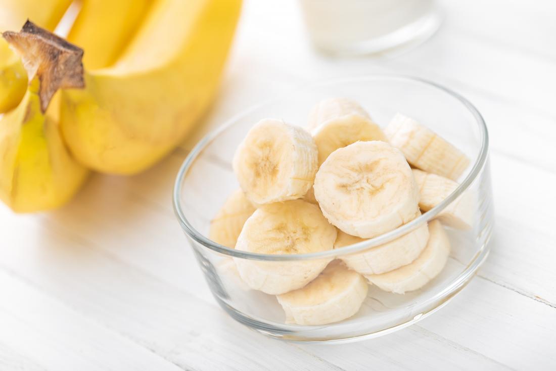 bananes hachées dans un bol