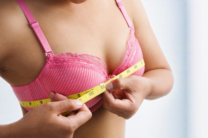 Femme mesure la taille du soutien-gorge