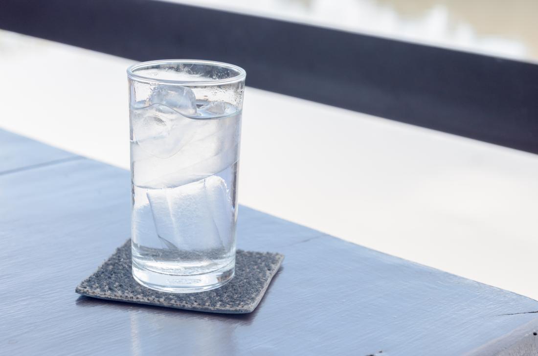 テーブルの上に水のガラス。