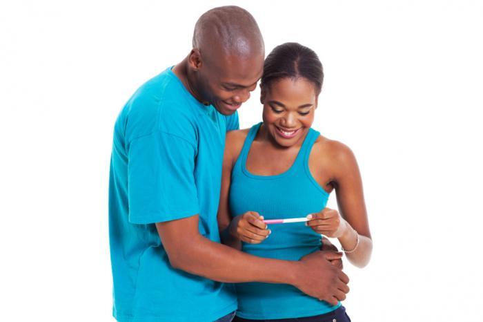 coppia in possesso di un test di gravidanza