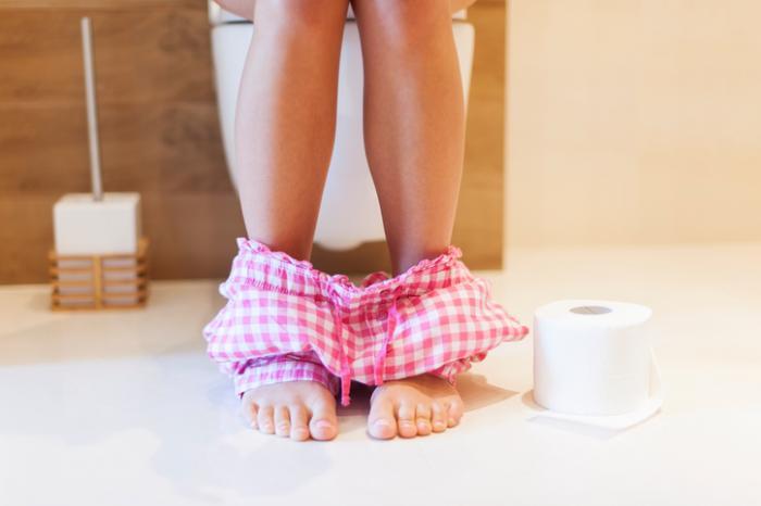 [Femme aux toilettes]