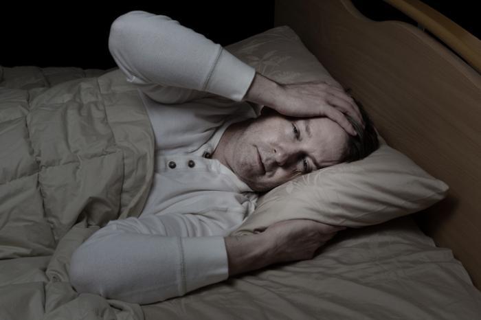 Mann im Bett mit der Grippe