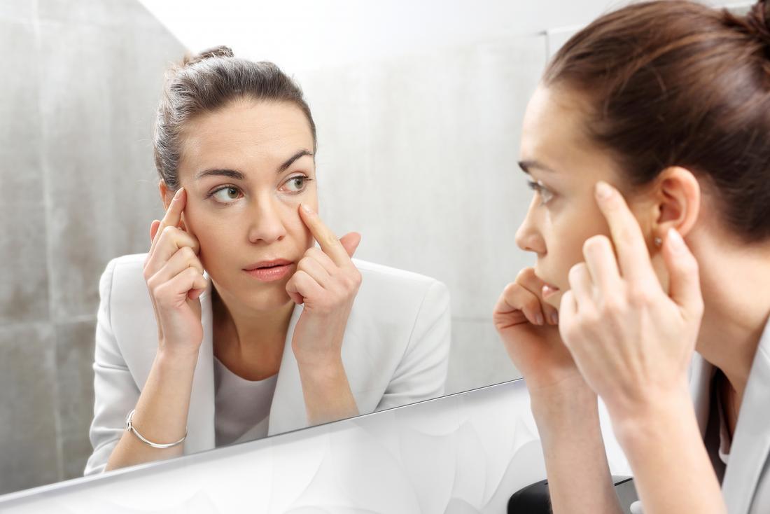 Icterícia, pele seca e queda de cabelo são sintomas potenciais de hipoalbuminemia.