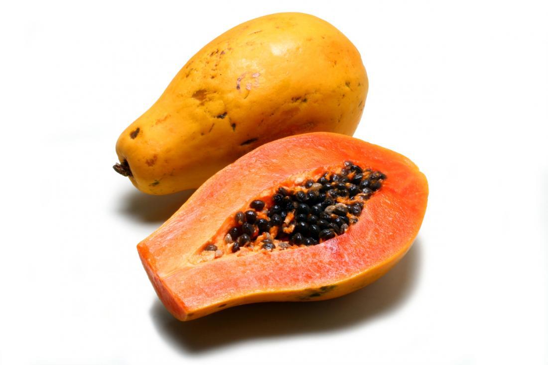 eine Papaya halbiert