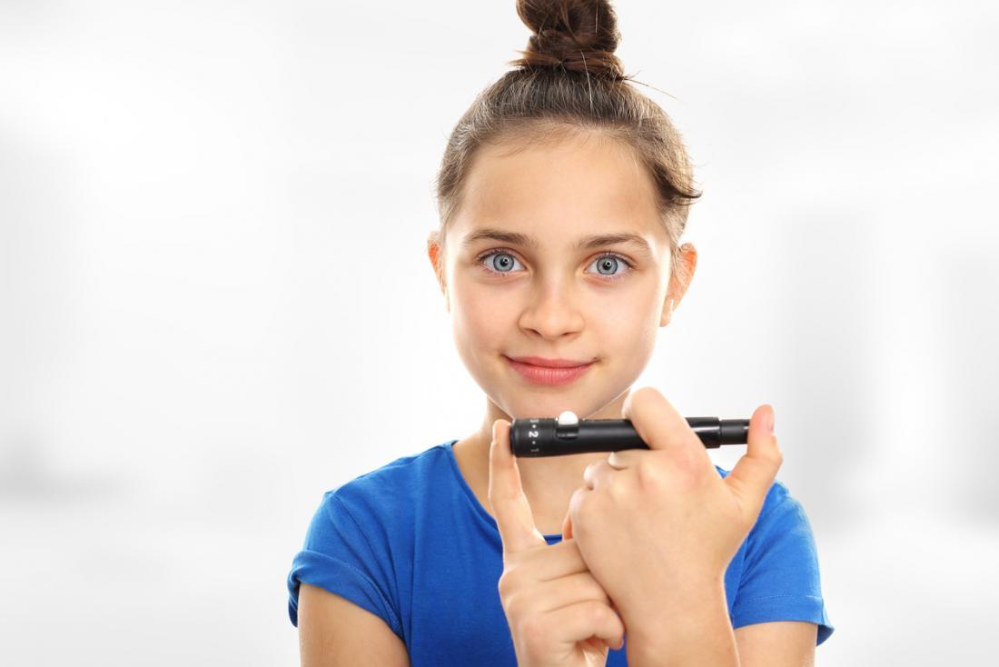 Mädchen prüft auf Diabetes