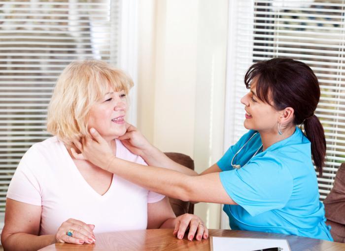 看護師は、より高齢の女性患者の腺を感じる