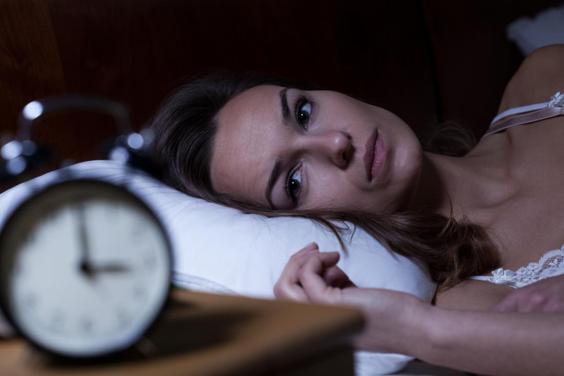 donna che ha problemi a dormire