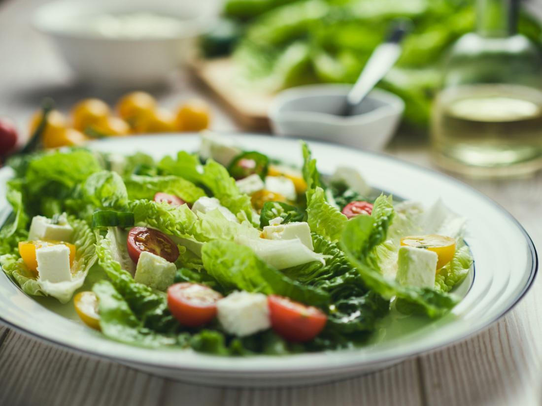 Salat mit Kirschtomaten und Römersalat.