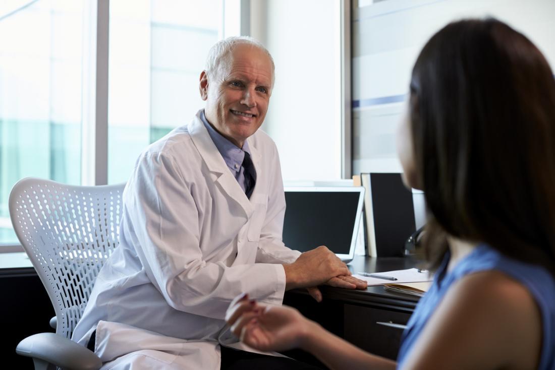 患者に話す外科医