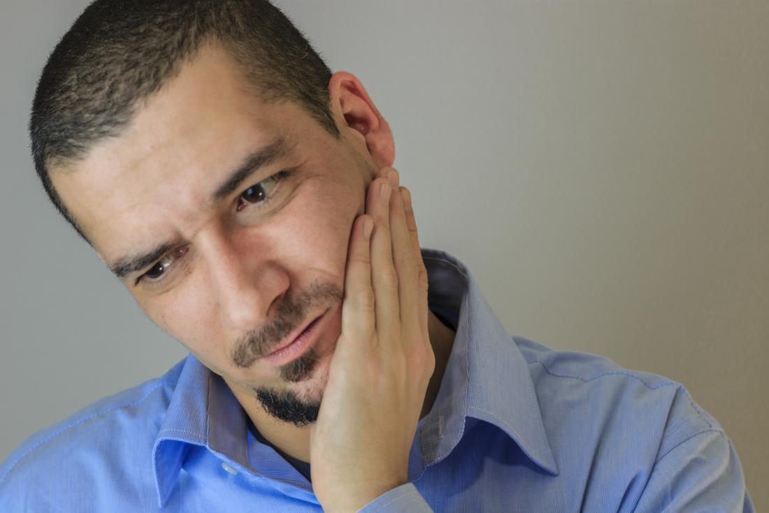 口、舌、歯、頬に痛みを持つ男。