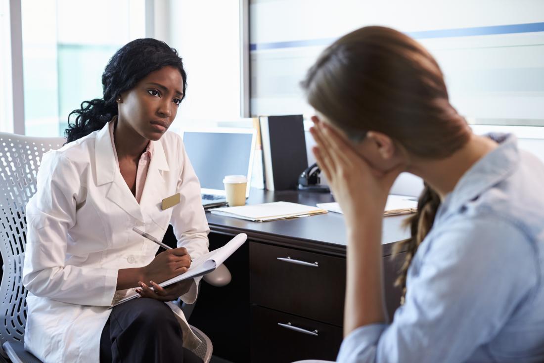 fille avec une légère dépression parlant à un médecin