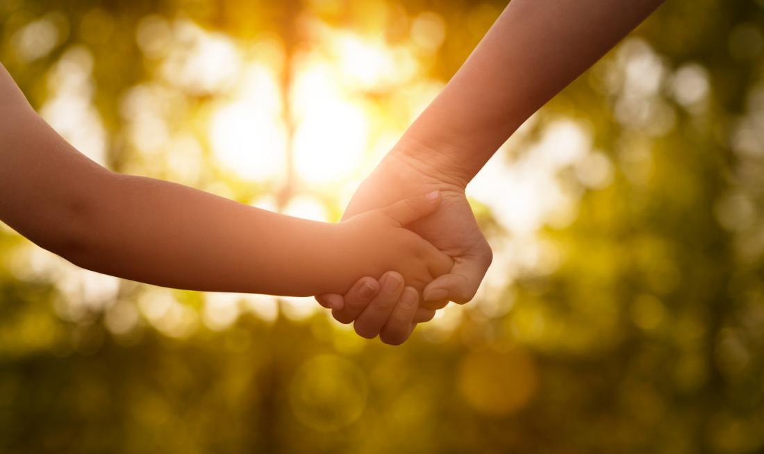 Mutter, die childs Hände hält