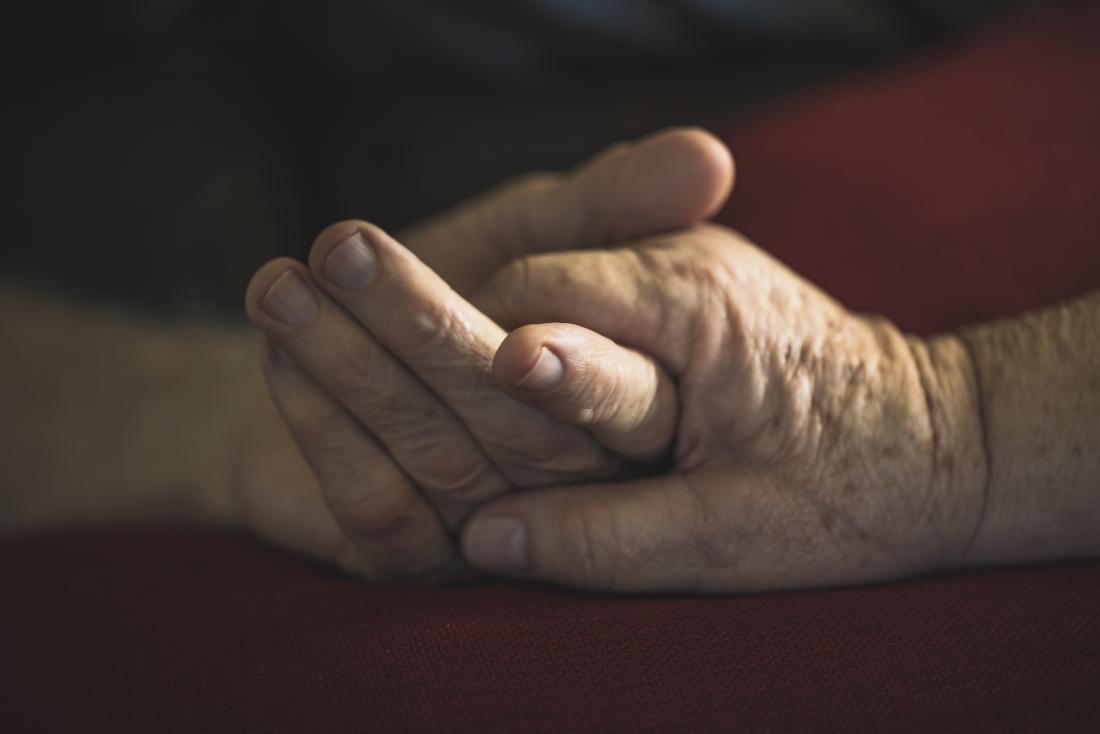 Händchenhalten der älteren Paare