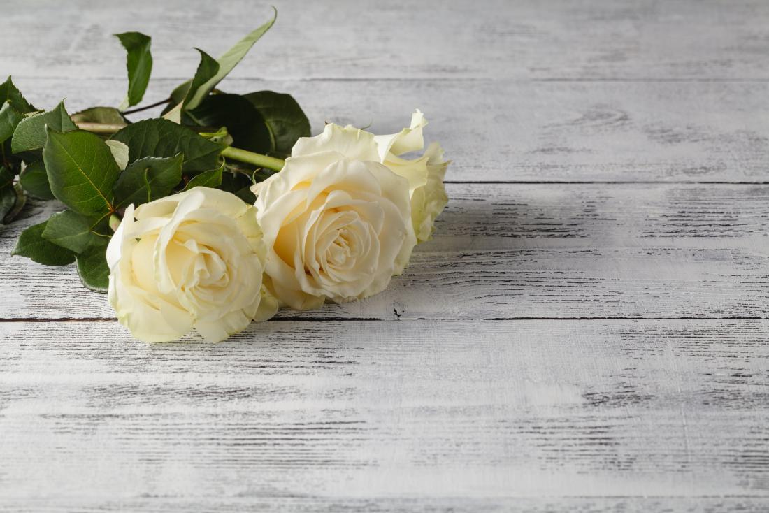 Rose bianche su uno sfondo in legno