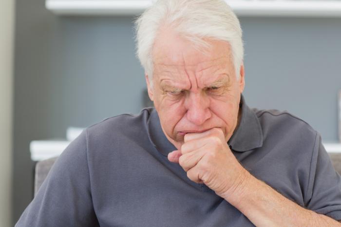 homem mais velho tossindo