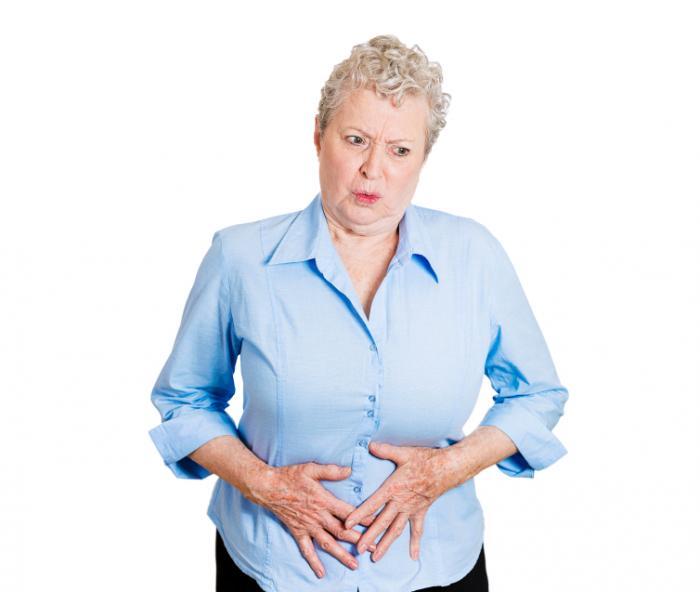 Uma mulher com dor no abdômen.