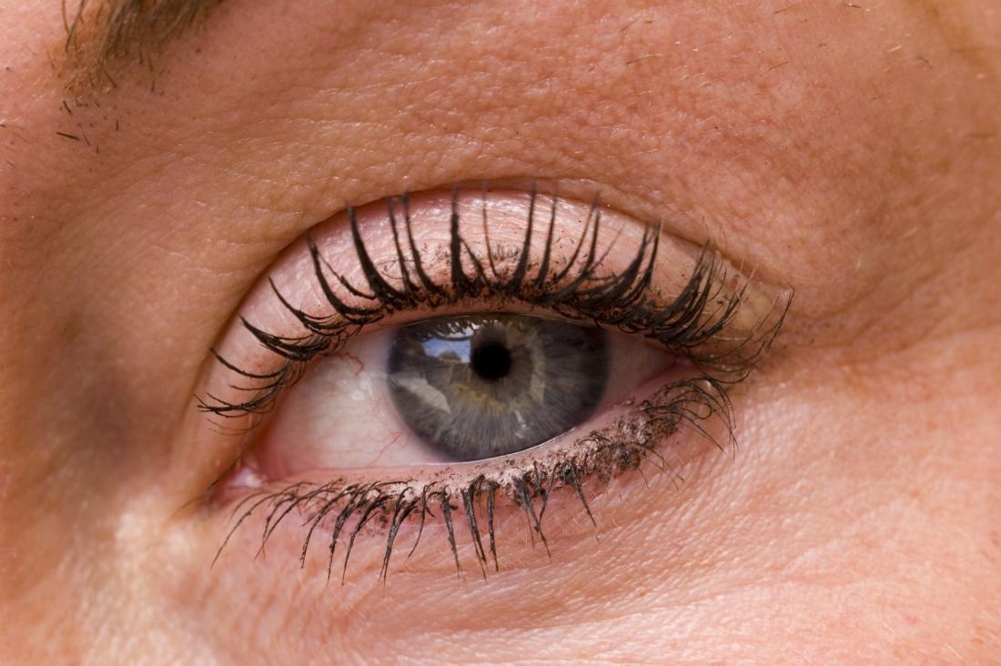 狭窄した瞳孔で目の上を曇らせた。