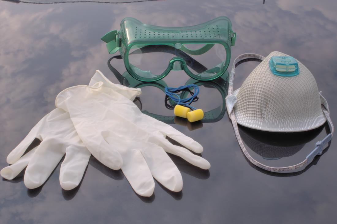 手袋、マスク、ゴーグルを含む個人用保護具。