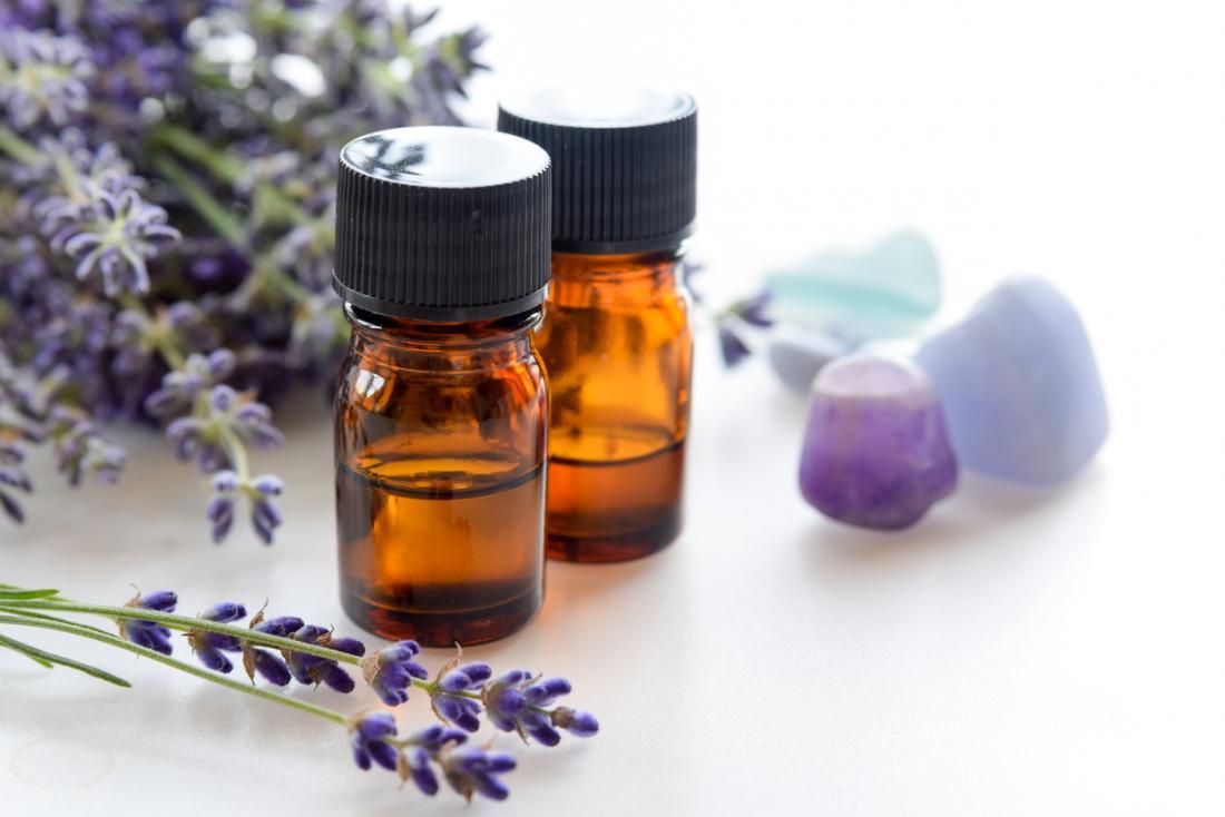 Lavendel ätherische Öle mit frischem Lavendel