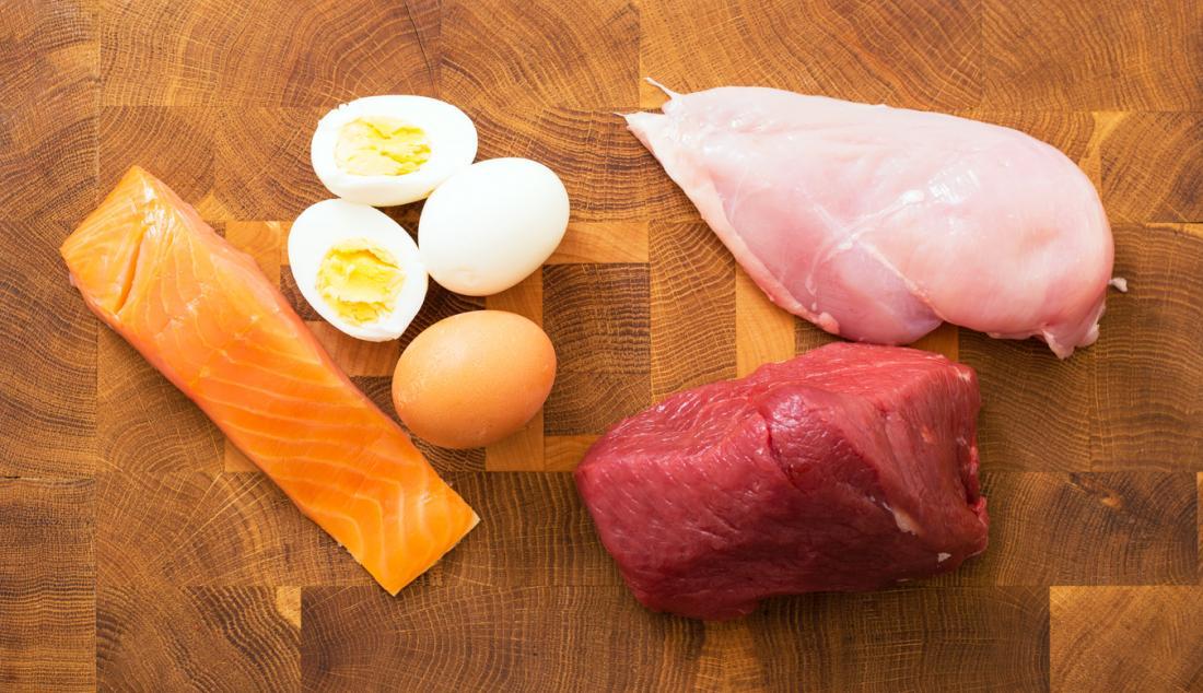 Salmão, ovos, frango e carne de veado.