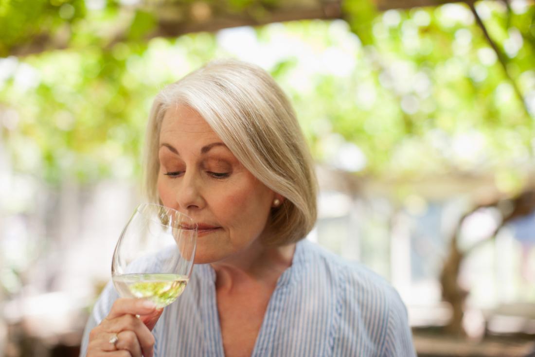vieille dame buvant du vin blanc