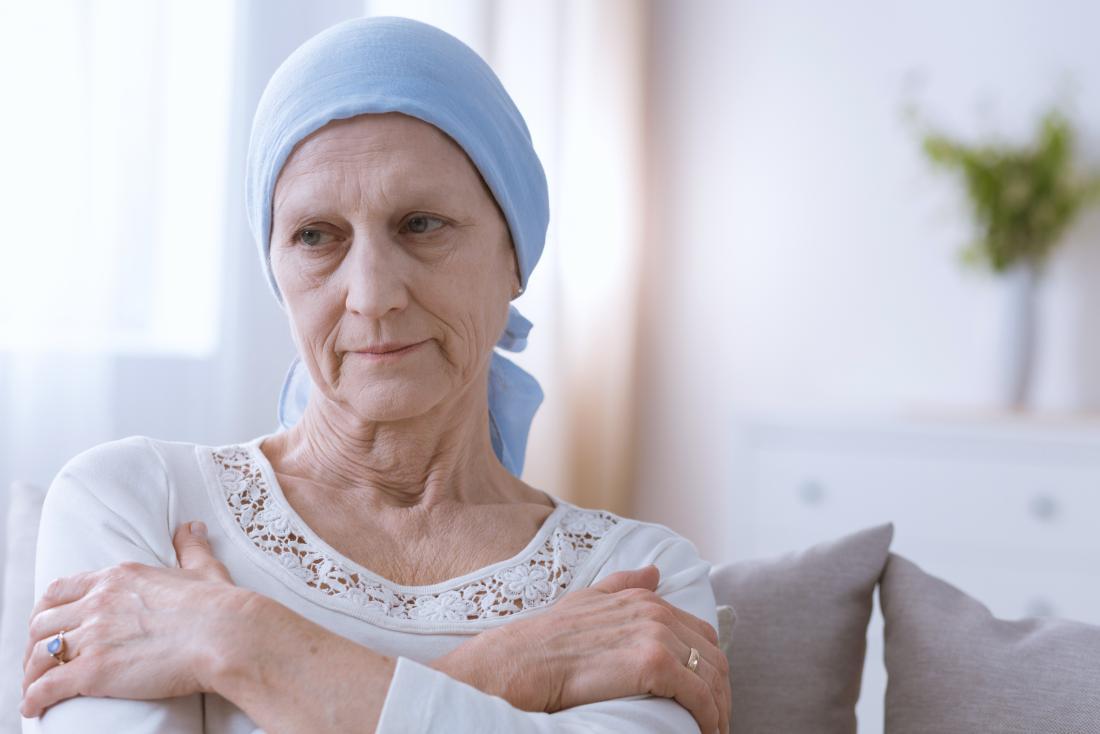 Người phụ nữ với khăn quàng đầu vì hóa trị cho bệnh ung thư trông buồn.