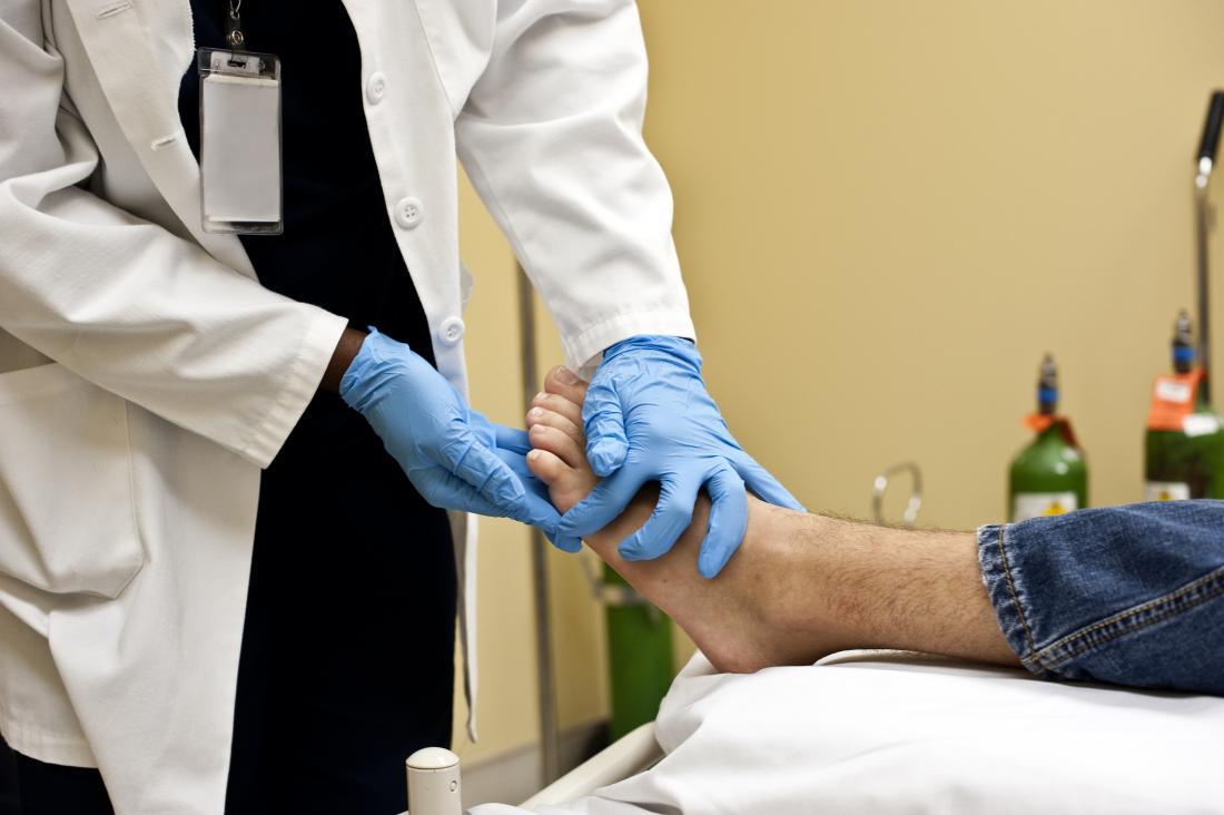 Doktorgefühlhaut auf Unterseite des Fußes des Patienten.