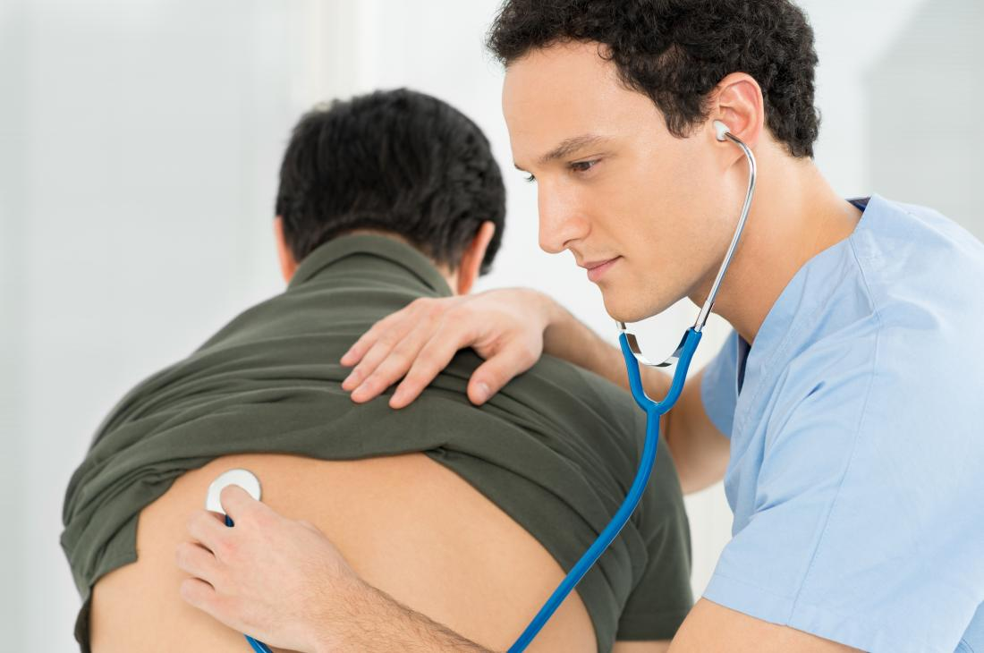 médecin écoutant les poumons des patients