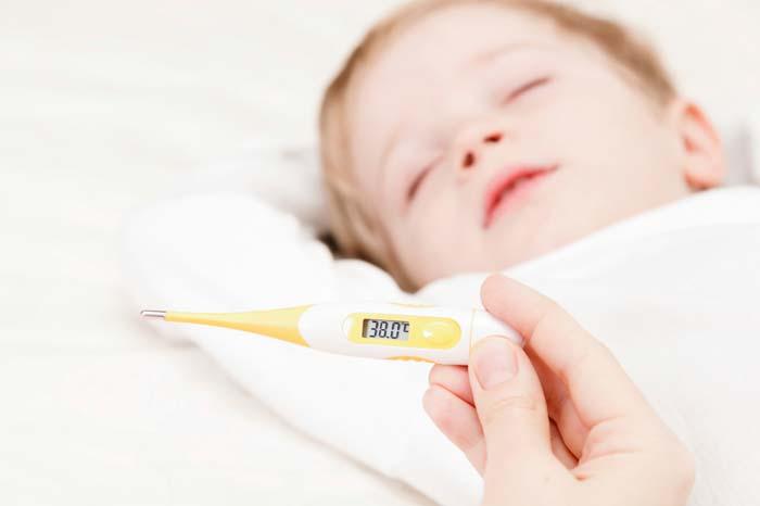 Criança, descansar, e, mãe, monitorando, febre