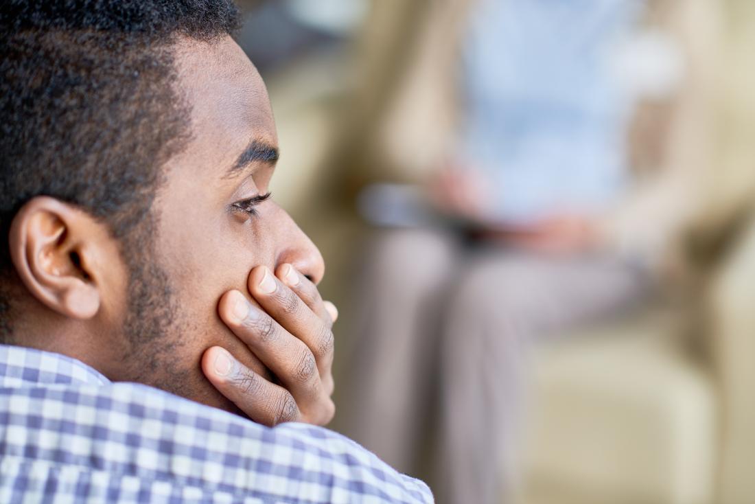 Traurig aussehender Mann mit fester Vorhaut, verursacht durch Phimose oder Paraphimose.