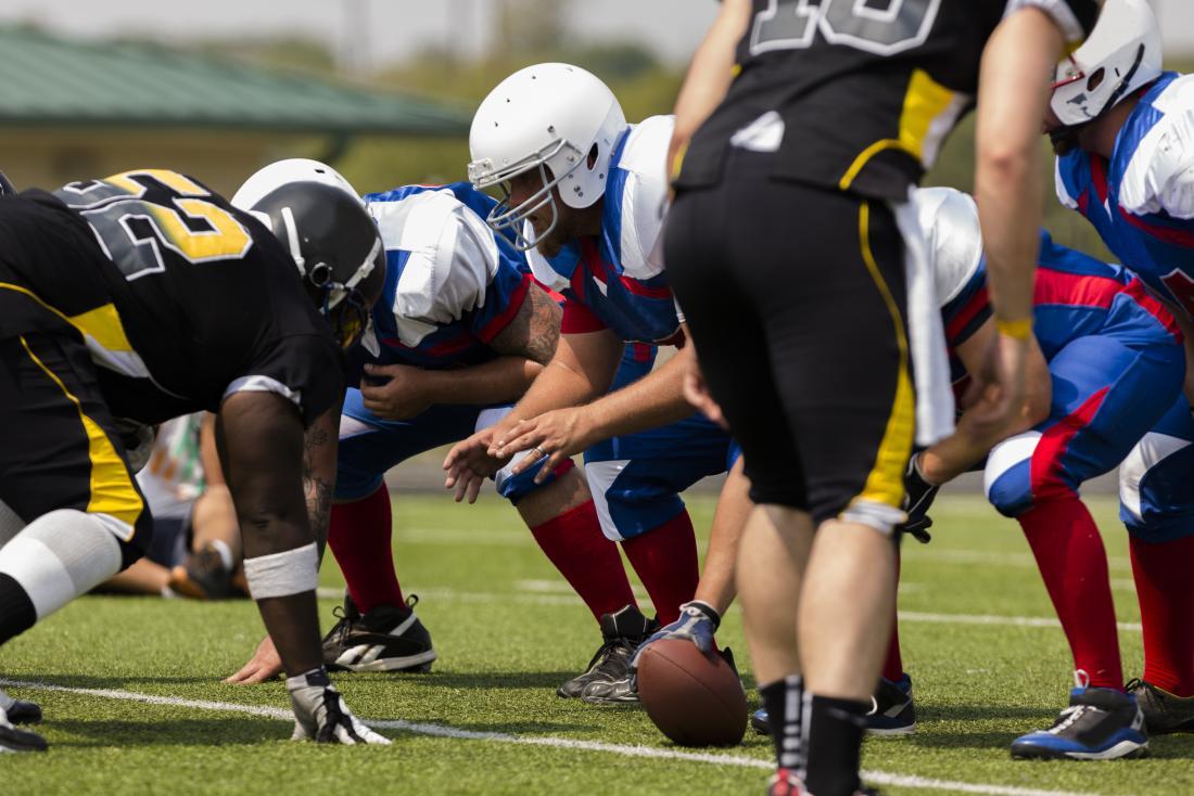 Gruppe Männer, die Fußball spielen.