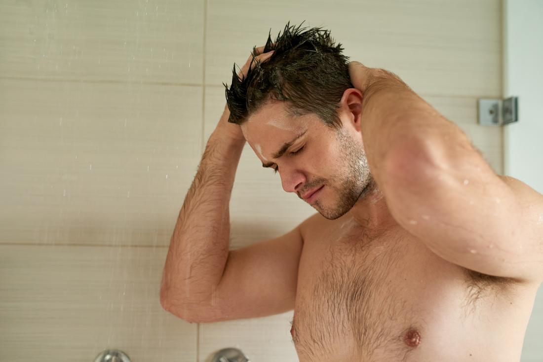 Mann in der Dusche waschen.