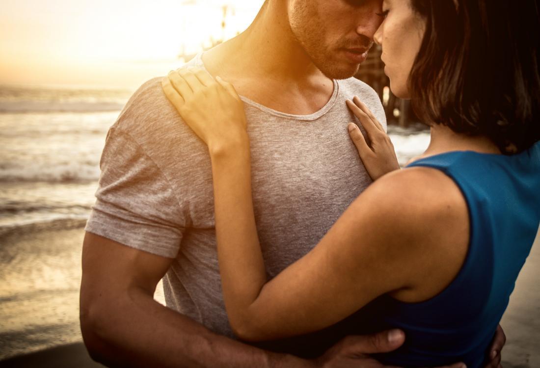 Homme et femme embrassé sur la plage.