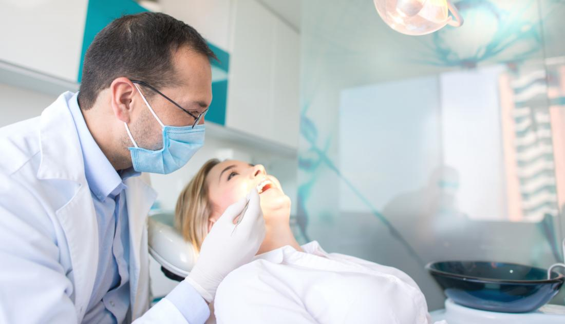 paciente do sexo feminino no dentista