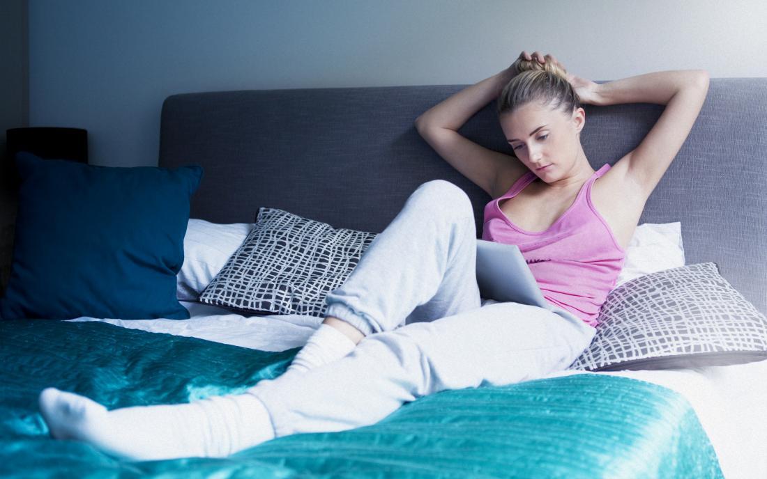 女、ベッドに横たわる