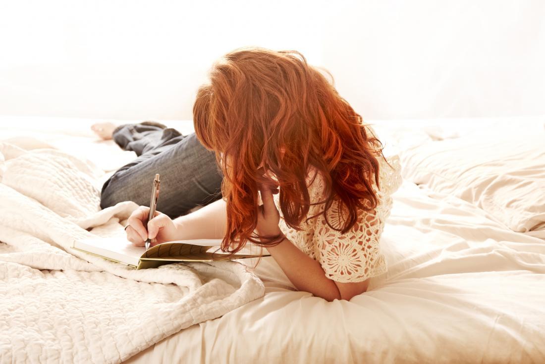 donna che scrive nel diario