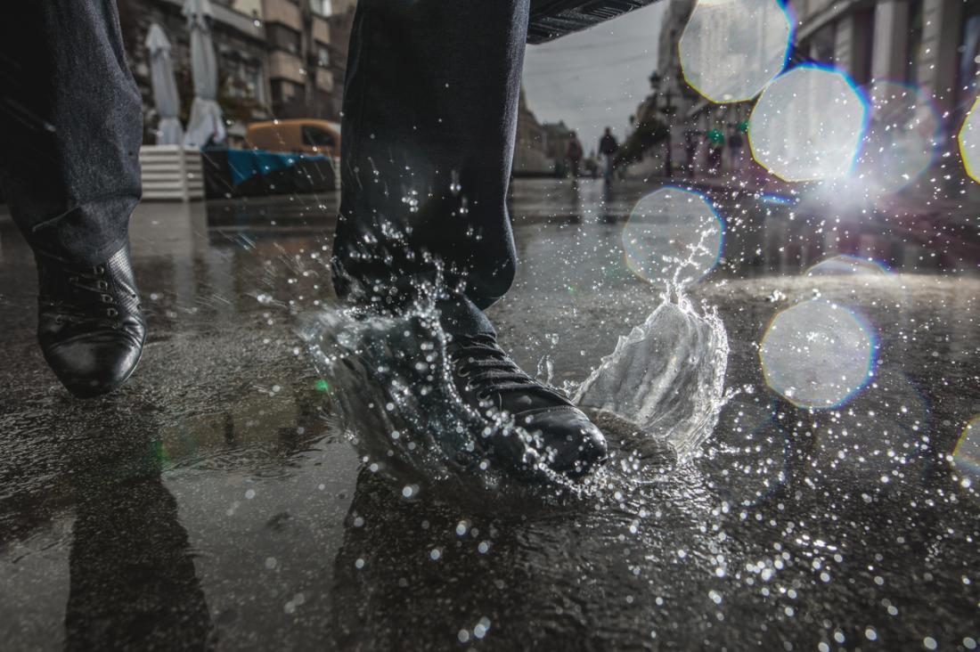 homme marchant dans une flaque d'eau, facteur de risque de cloques