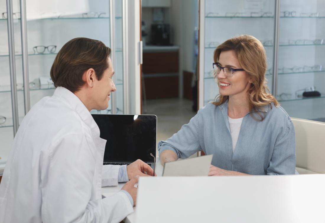 患者と話し合う検眼医