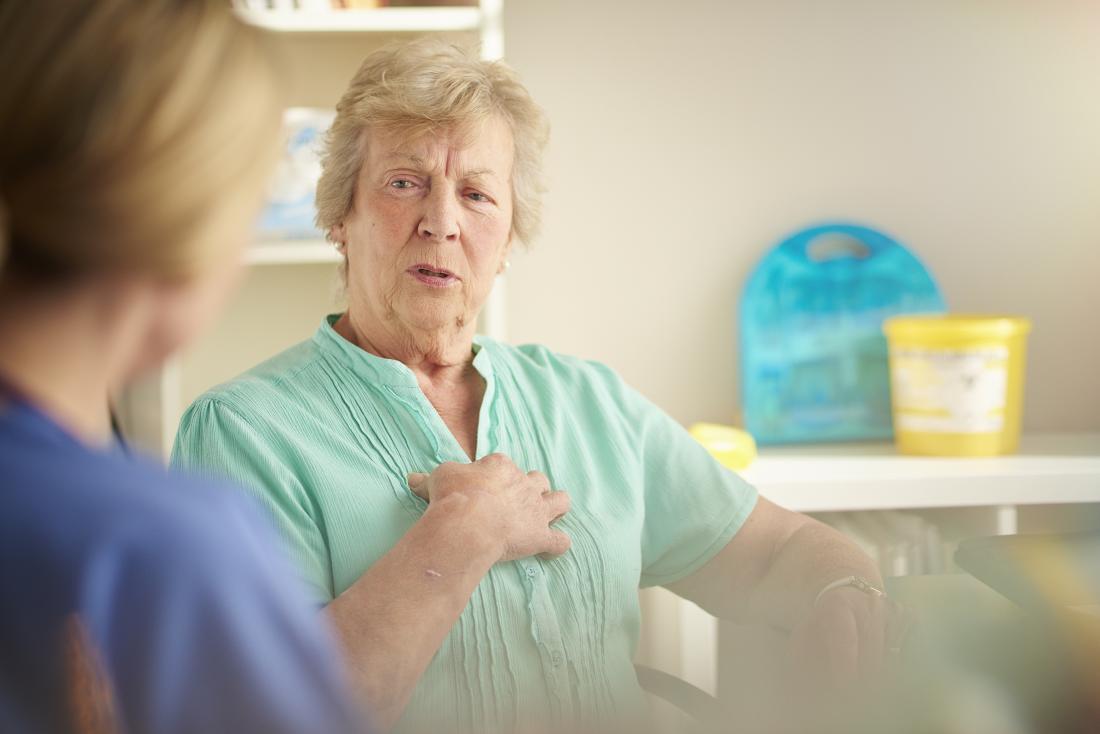 Femme âgée chez les médecins avec douleur dans la poitrine