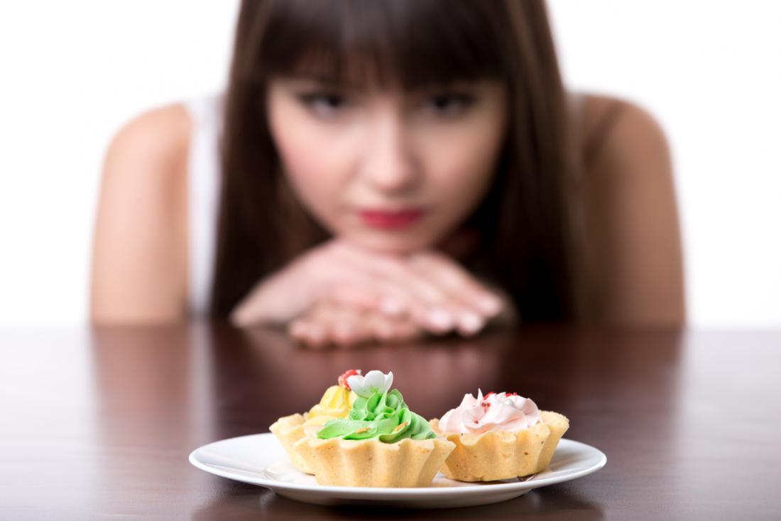 Femme regardant le gâteau.
